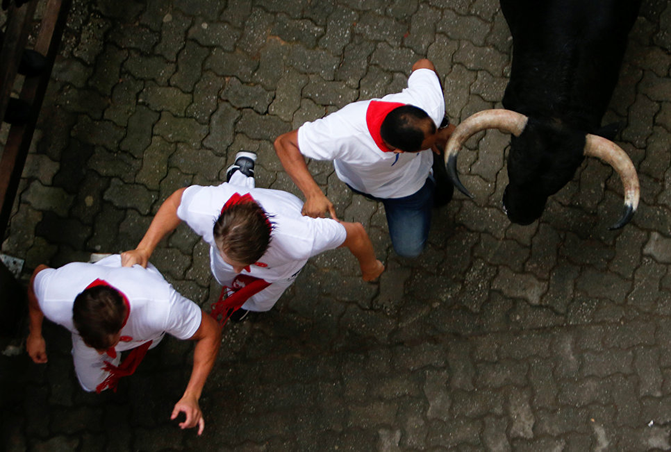 Участники фестиваля Сан-Фермин в Памплоне, Испания. 7 июля 2018 года