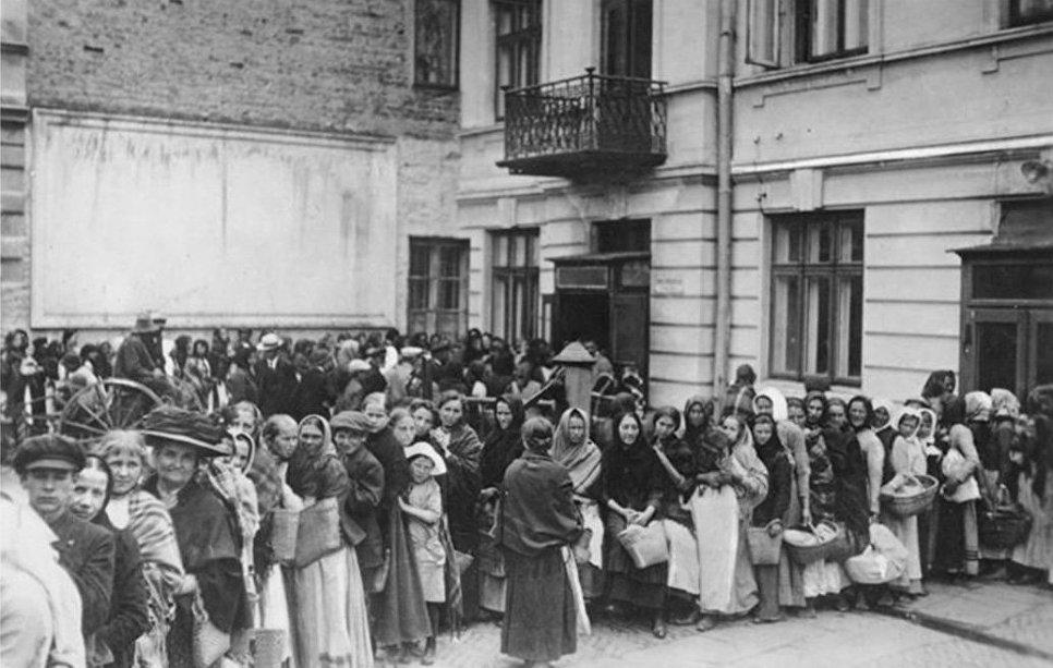 Очередь за хлебом в Германии во время Первой мировой войны.