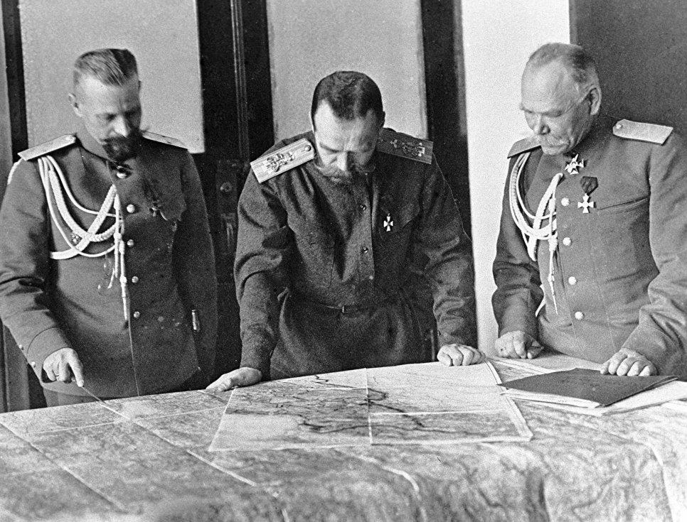Верховный главнокомандующий император Николай II (в центре), обсуждает план боевых действий с генералами Михаилом Алексеевым (справа) и Михаилом Пустовойтенко (слева). Первая мировая война, 1914 — 1918 год