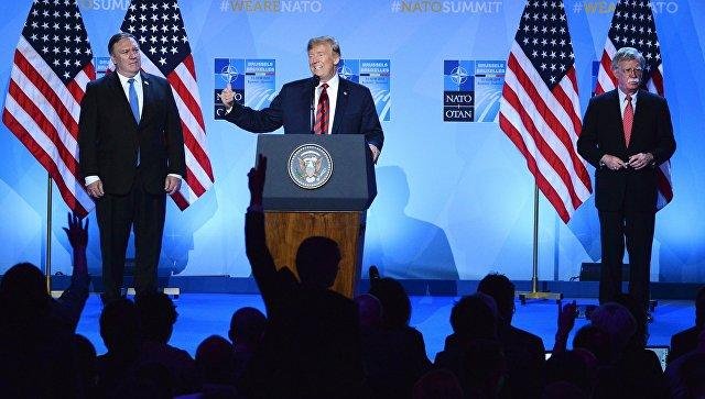 Госсекретарь США Майк Помпео, президент США Дональд Трамп и советник президента США по вопросам национальной безопасности Джон Болтон на саммите НАТО. 12 июля 2018