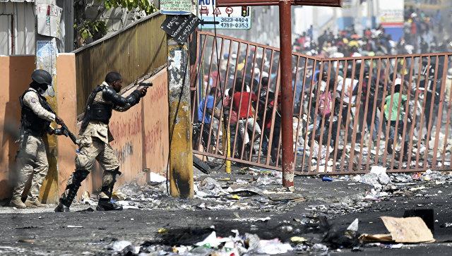 Полиция сдерживает толпу во время протеста против роста цен на топливо, Гаити. Архивное фото