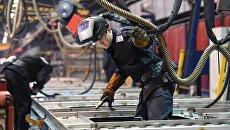 Рабочие в цехе Тверского вагоностроительного завода. Архивное фото