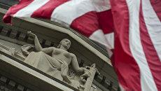 Флаг США у здания министерства юстиции в Вашингтоне
