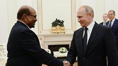 Президент РФ Владимир Путин и президент Республики Судан Омар аль-Башир во время встречи. 14 июля 2018