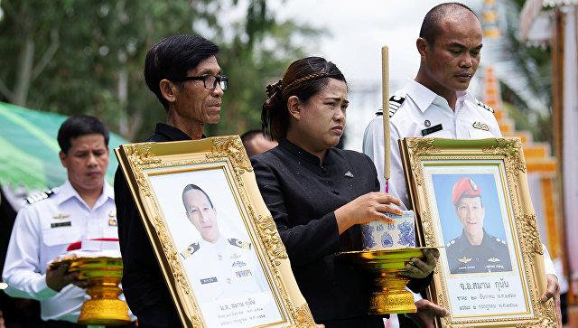 Почетный караул с фотографией 38-летнего Самана Кумана, бывшего члена элитного военно-морского подразделения флота Таиланда SEAL, который погиб при спасении детской футбольной команды из затопленной пещеры. 6 июля 2018