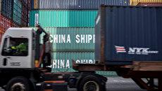 Грузовые контейнеры с китайскими товарами в порту Саванна в США. Архивное фото