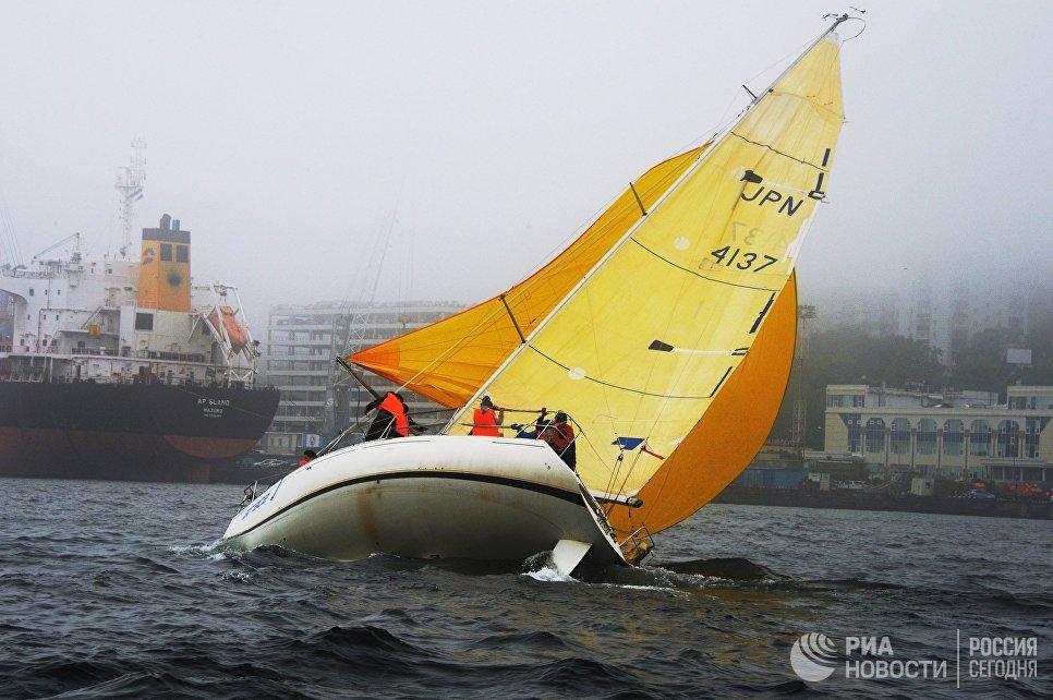 Крейсерская яхта в бухте Золотой Рог во Владивостоке
