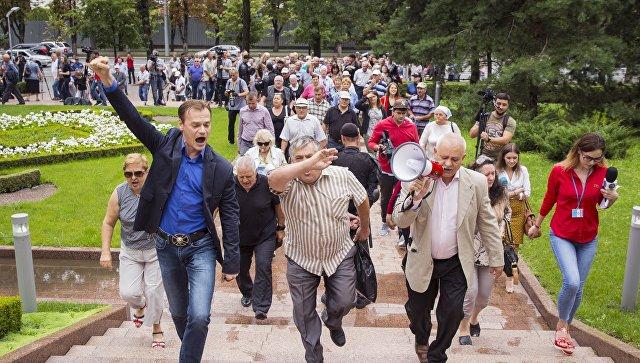 Участники акции протеста с требованием признать результаты выборов мэра Кишинева у здания парламента. 19 июля 2018