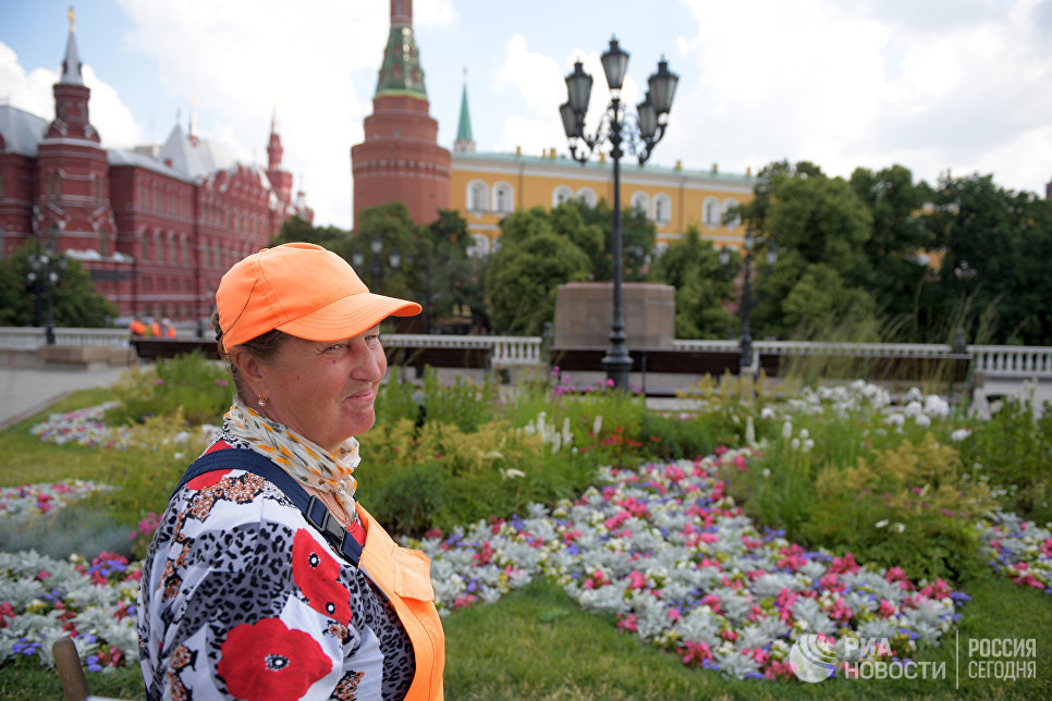 Надежда Бурнашева у цветника