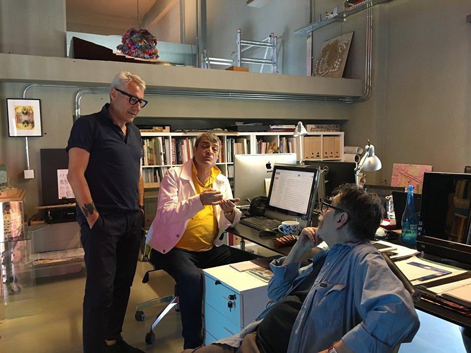 Гекан Авджиоглу в бюро GAD за работой