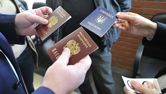 Российские и украинский паспорта. Архивное фото