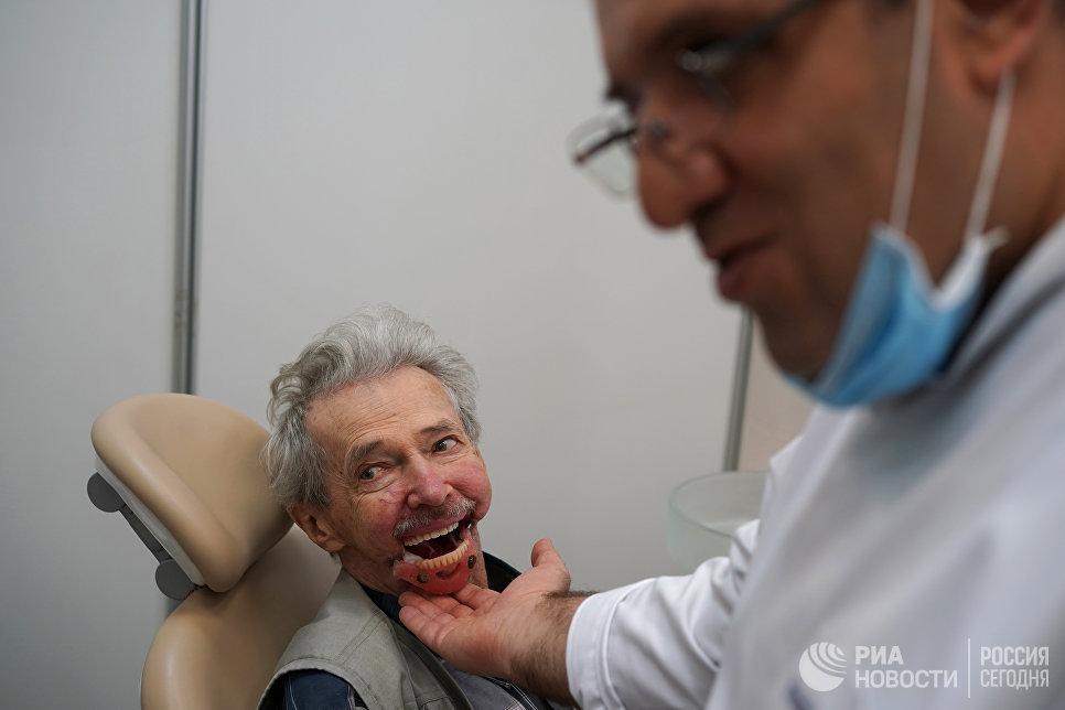 Игорь Бачелис во время примерки протеза.