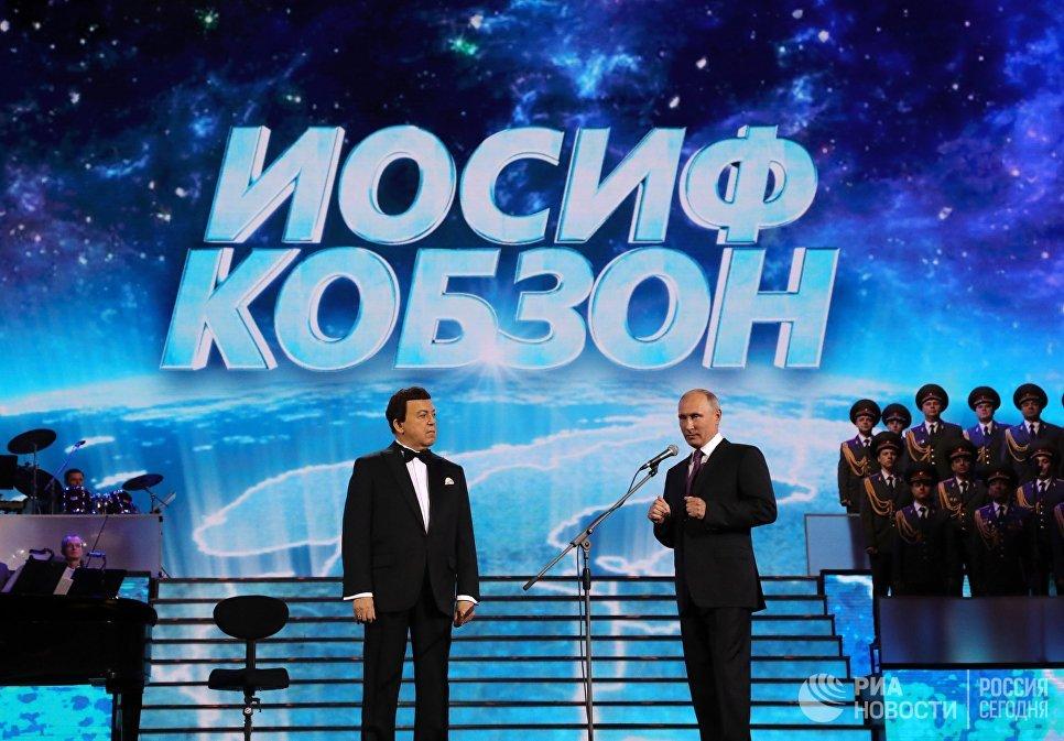 Президент РФ Владимир Путин перед началом торжественного вечера народного артиста СССР Иосифа Кобзона на сцене Государственного Кремлевского дворца