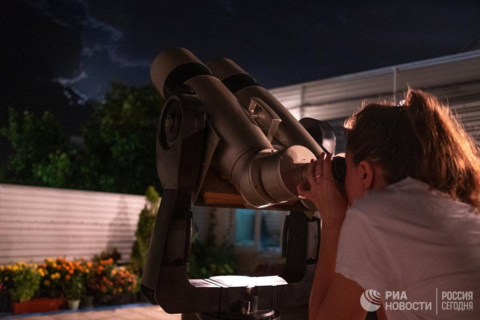 Девушка наблюдает за полным лунным затмением из обсерватории Кубанского Государственного университета