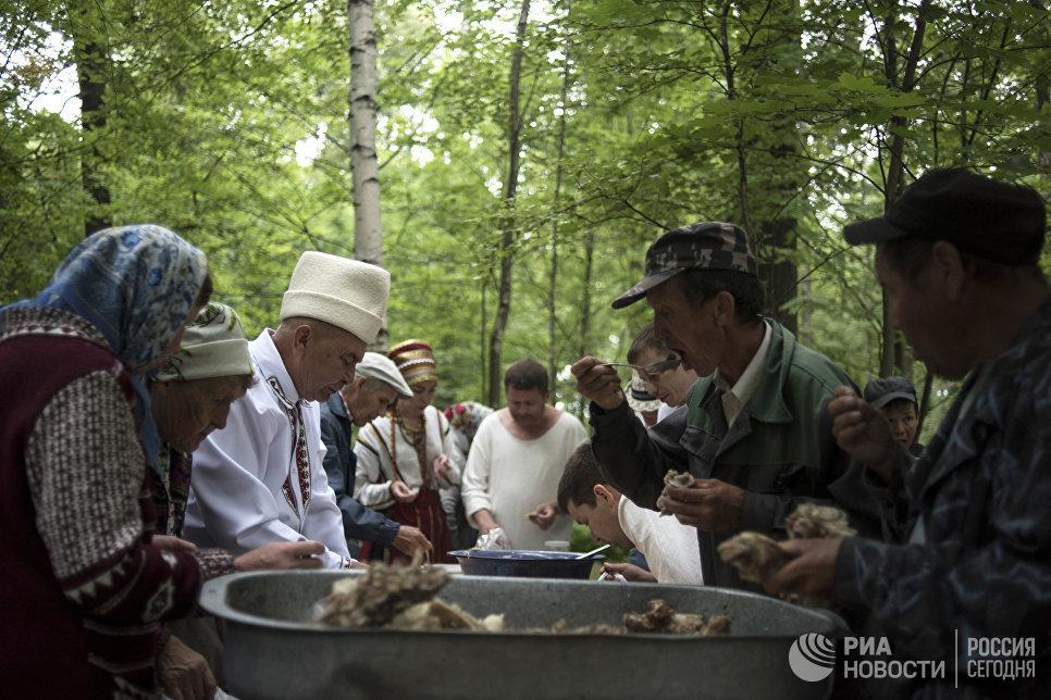 Жители села Шоруньжа во время ритуальной трапезы на празднике Сярем.
