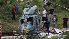 Спасатели на месте крушения вертолета в Пекине, Китай. 30 июля 2018 года