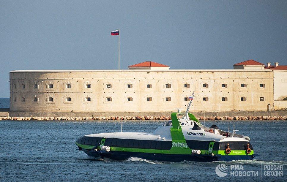 Скоростное морское пассажирское судно на подводных крыльях «Комета 120М» выполняет первый рейс по маршруту между Севастополем и Ялтой. На втором плане: Севастопольская крепость