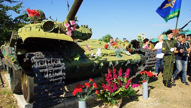 Мемориал с цветами во время праздничных мероприятий ко Дню Воздушно-десантны войск на Украине. Архивное фото