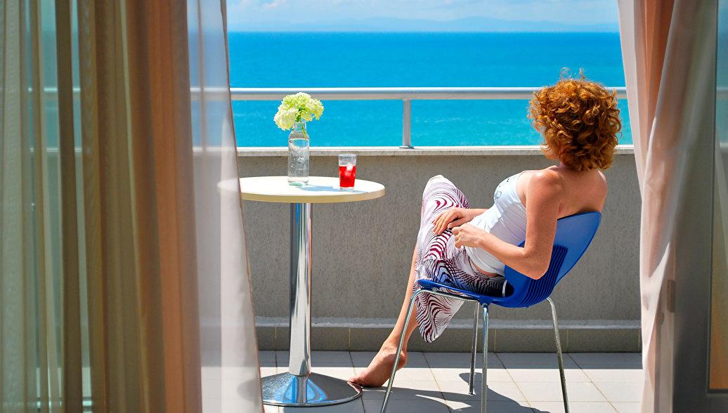 Женщина наслаждается видом на море