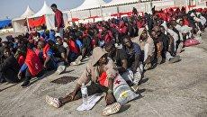 Мигранты, подобранные испанской морской спасательной службой, в Испании. Архивное фото