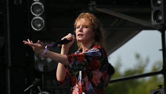 Певица Монеточка во время выступления на музыкальном фестивале под открытым небом Пикник Афиши в музее-заповеднике Коломенское. 4 августа 2018
