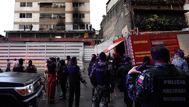 Сотрудники правоохранительных органов Венесуэлы во время расследования покушения на президента Николаса Мадуро