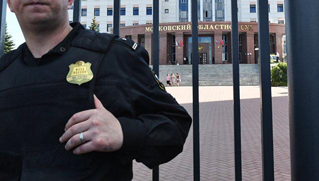 Сотрудник ФСИН у здания Московского областного суда после попытки побега участников банды GTA. Август 2017