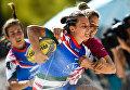 Игрок сборной Италии и игрок сборной Латвии в матче чемпионата Европы по пляжному регби между женскими сборными Италии и Латвии