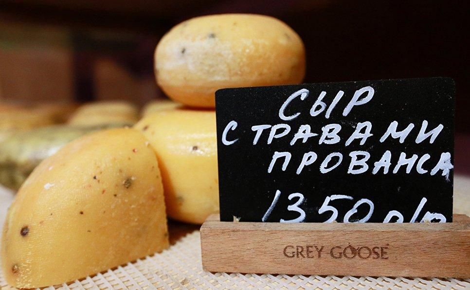Сыр с травами прованса на полках магазина при ферме Джея Роберта Клоуза в Московской области, деревня Мошницы.