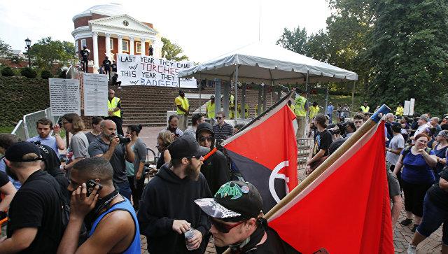 Группа демонстрантов в ожидании годовщины прошлогоднего митинга в Шарлоттсвилле, штат Вирджиния. 11 августа 2018