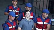 Один из задержанных греческих военных покидает здание суда в Эдирне в сопровождении турецких жандармов. 14 августа 2018