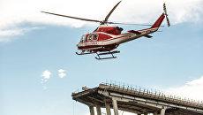 Пожарный вертолет над местом обрушения автомобильного моста Моранди в Генуе