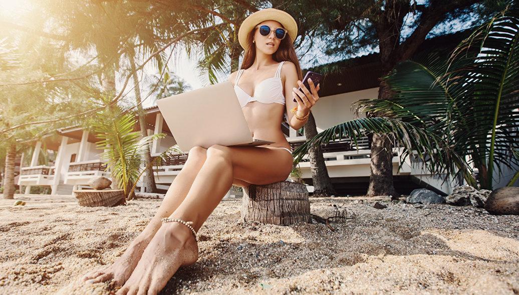 Девушка с ноутбуком на пляже