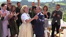 Танец с невестой и тост на немецком. Путин на свадьбе главы МИД Австрии Кнайсль. Архивное фото