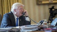 Президент США Дональд Трамп разговаривает по телефону с российским президентом Владимиром Путиным. 28 января 2017 год