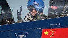 Пилот в многоцелевом истребителе четвёртого поколения 6xJ-10 авиационной группы высшего пилотажа КНР Первое августа после показательных выступлений в рамках IV Международного военно-технического форума Армия-2018 на Аэродроме Кубинка. Архивное фото