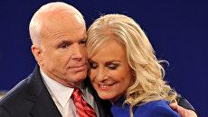 Республиканец Джон Маккейн обнимает свою жену Синди после своих вторых президентских дебатов с демократом Бараком Обамой в Университете Бельмонта в Нэшвилле, Теннесси