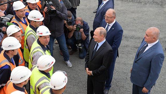 Президент РФ Владимир Путин  беседует с рабочими во время посещения угольного разреза Черниговец. 27 августа 2018