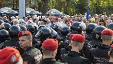 Сотрудники правоохранительных органов и участники акции протеста, требующие отставки правительства в Кишиневе
