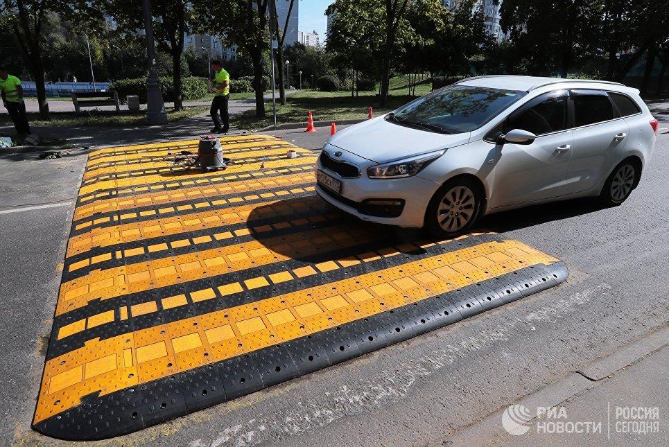 Первый приподнятый пешеходный переход в Москве. Архивное фото