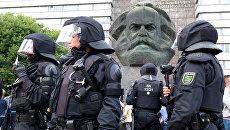 Полицейские рядом со скульптурой Карла Маркса во время беспорядков в Хемнице. 27 августа 2018