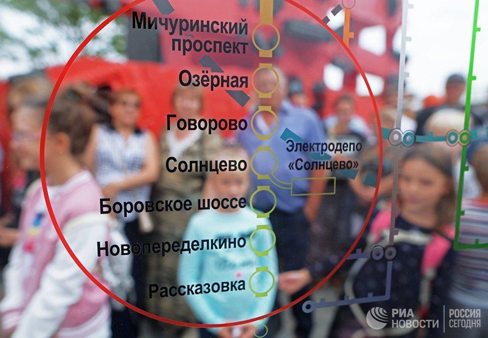 Баннер со схемой участка Калининско-Солнцевской линии Московского метрополитена у станции Рассказовка. 30 августа 2018