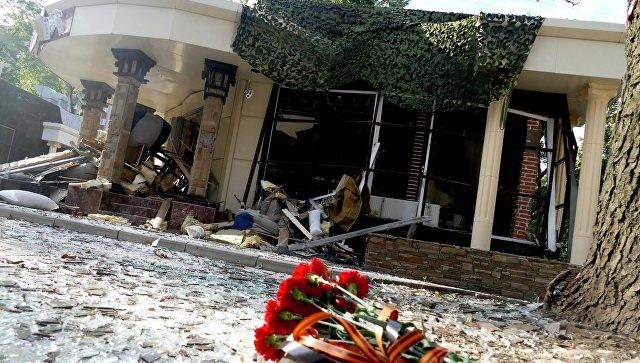Цветы у здания кафе Сепар в Донецке, где произошел взрыв в результате которого погиб глава ДНР Александр Захарченко. 1 сентября 2018