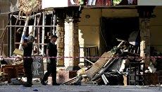 Сотрудники спецслужб у здания кафе Сепар в Донецке, где произошел взрыв в результате которого погиб глава ДНР Александр Захарченко. 1 сентября 2018