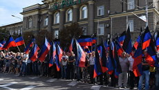 Местные жители на церемонии прощания с главой ДНР Александром Захарченко. Архивное фото