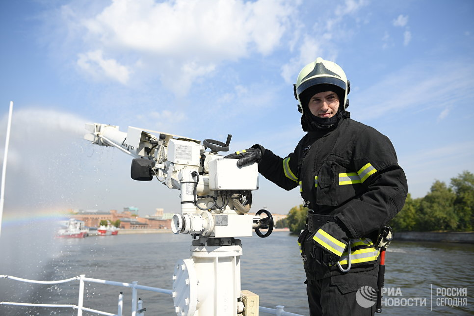 Лафетный столб пожарно-спасательного корабля Полковник Чернышев