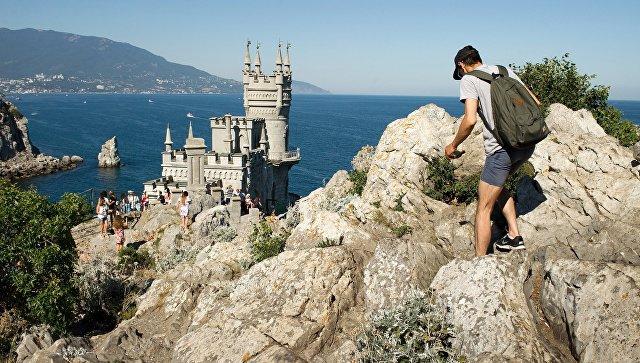 Отдыхающие у замка Ласточкино гнездо в Крыму. Архивное фото