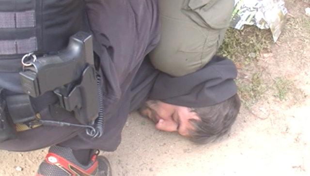 Задержание сотрудниками ФСБ члена Исламского государства* Меджида Магомедова в Смоленской области (стоп-кадр видео)