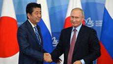 Владимир Путин и премьер-министр Японии Синдзо Абэ на пресс-конференции по итогам переговоров в рамках IV Восточного экономического форума. 10 сентября 2018