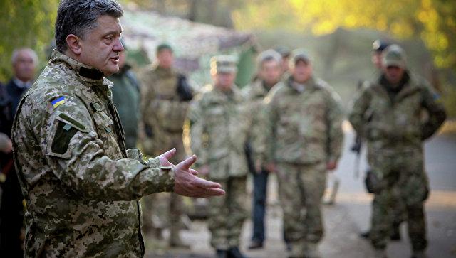 Президент Украины Петр Порошенко общается с военнослужащими украинской армии в Краматорске